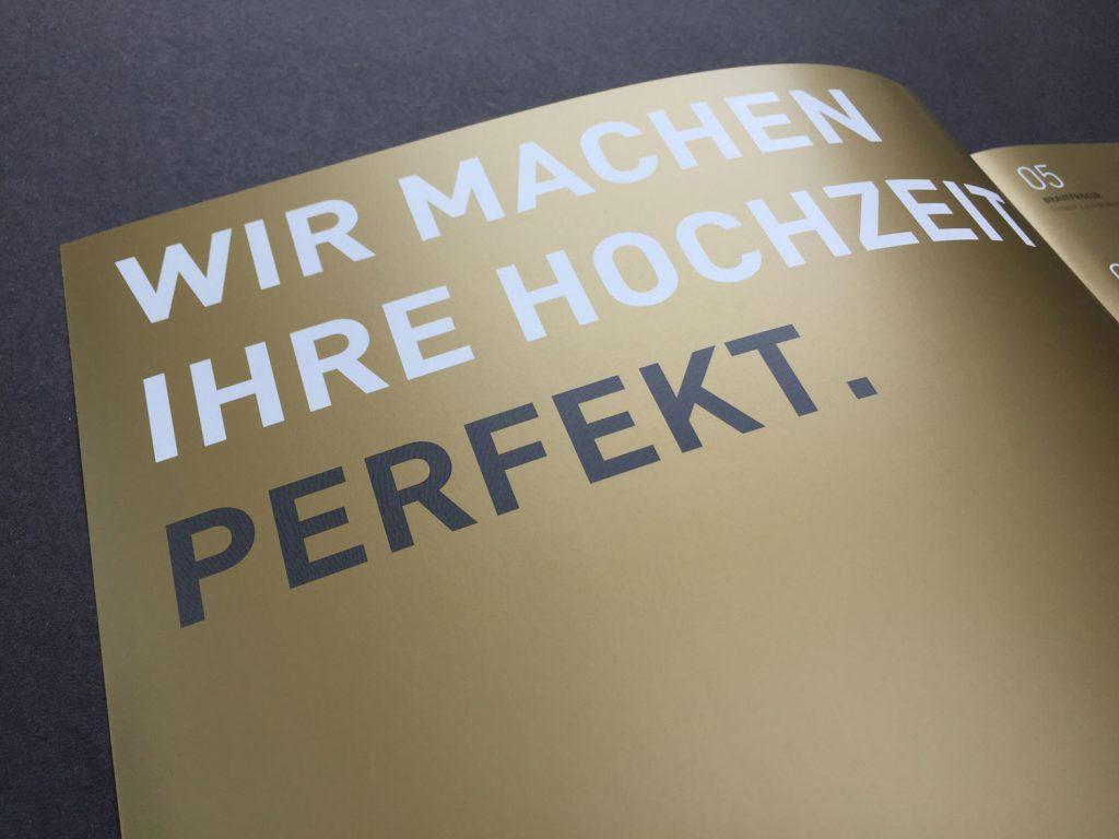 Broschürendruck mit Gold Farbe - Hochzeitsmacher